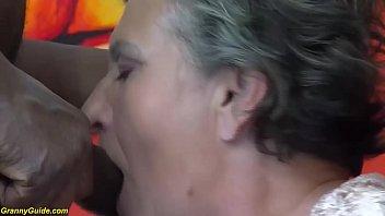 Moreno de pau duro comendo a coroa gostosa