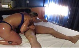 Bela coroa bucetuda em sexo no motel