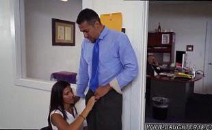 Chefe soca a rola na novinha secretaria