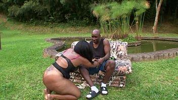 MIlf da bunda linda faz sexo com um negro a beira do lago