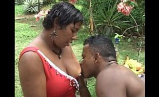 Morena gorda pelada no jardim em sexo com um cara