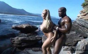 Peituda mulher gostosa nua em sexo na praia