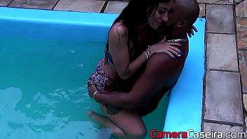 Loira com uma big bunda faz sexo assim que sai  da piscina
