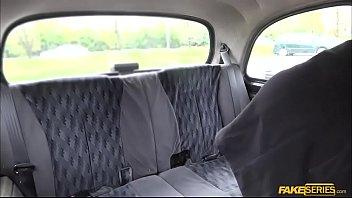 Negra gostosa novinha esta pagando o taxi com sexo