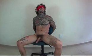 Tatuado forçado a foder com uma morena em sexo amador