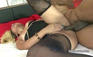 Vídeo pornô de coroa no motel gemendo no sexo