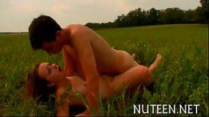 Bela loira gostosa sendo fodida no meio do gramado