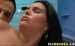 Linda gata bronzeada com seu marido no sexo anal