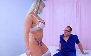 Porno bunda grande da loira sendo  fodia por um operário