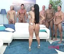 Safada mulher da bunda perfeita em foda com vários machos