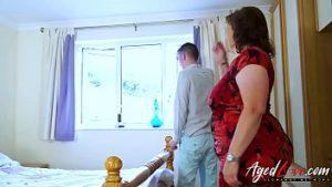 Coroa gorda gostosa fodendo com novinho no quarto