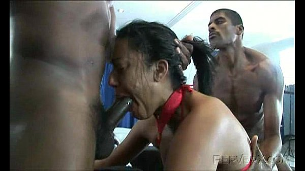 Vadia brasileira sendo arrombada por negros